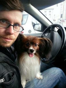 Über uns - Papillon Pauli und ich beim Auto fahren